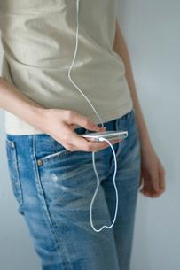 MP3プレーヤーと女性の写真素材 [FYI03229770]