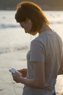 MP3プレーヤーと女性の写真素材 [FYI03229774]