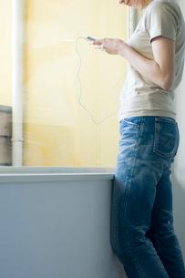 窓辺に立つ女性の写真素材 [FYI03229777]