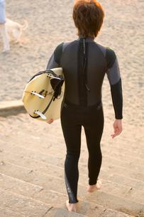 ウエットスーツを着てサーフボードを持つ男性の写真素材 [FYI03229779]