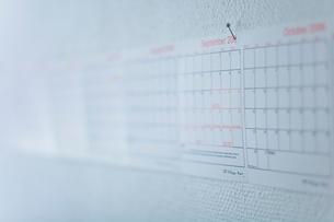 壁に貼ったカレンダーの写真素材 [FYI03229814]