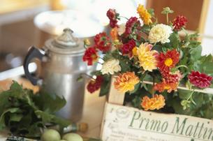 木箱と花の写真素材 [FYI03229895]