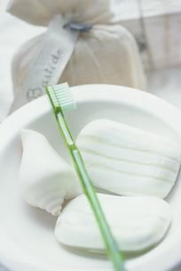 白い器の上の石鹸の写真素材 [FYI03229945]