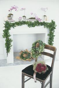 暖炉を飾る花の写真素材 [FYI03229960]
