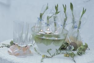 ガラスボウルとキャンドルとグラスとバンブーの写真素材 [FYI03229967]