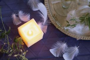 青テーブルとキャンドルの写真素材 [FYI03230004]