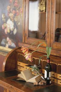 棚の上の本と花とワインの写真素材 [FYI03230005]
