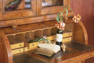 棚の上の本と花とワインの写真素材 [FYI03230007]