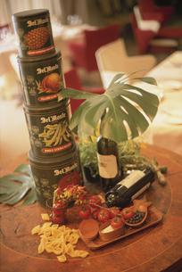 缶詰とワインとトマトの写真素材 [FYI03230019]