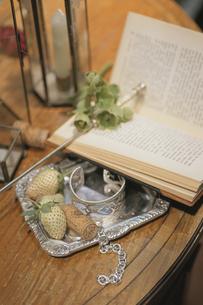 開いた洋書とイチゴの写真素材 [FYI03230020]