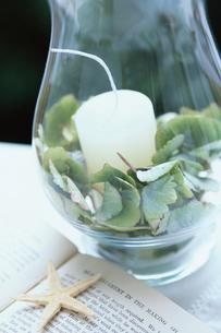 キャンドルグラスと洋書の上のヒトデの写真素材 [FYI03230074]