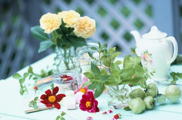 白いテーブルの上のティーポットと花の写真素材 [FYI03230076]
