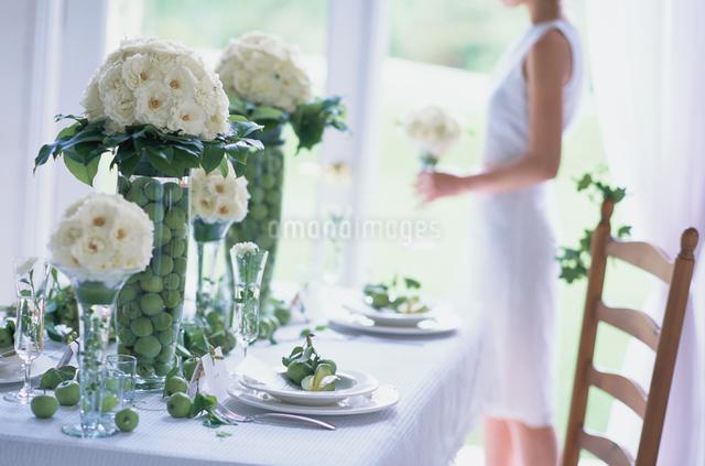 盛花のあるテーブルの写真素材 [FYI03230086]