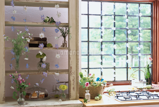 キッチンの格子窓の写真素材 [FYI03230087]