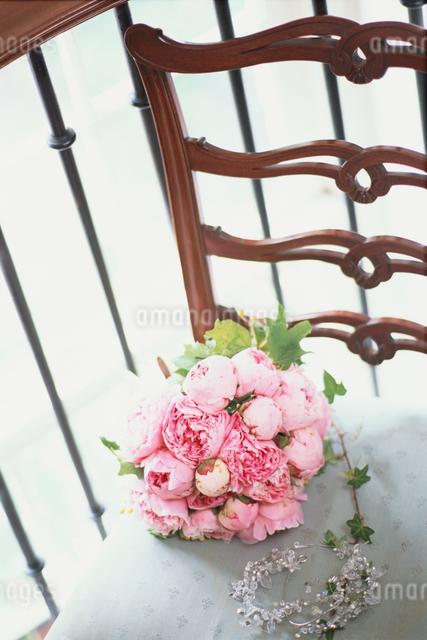 椅子の上のピンクの花のブーケの写真素材 [FYI03230088]
