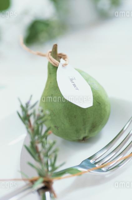 お皿の上の洋ナシとフォークの写真素材 [FYI03230104]
