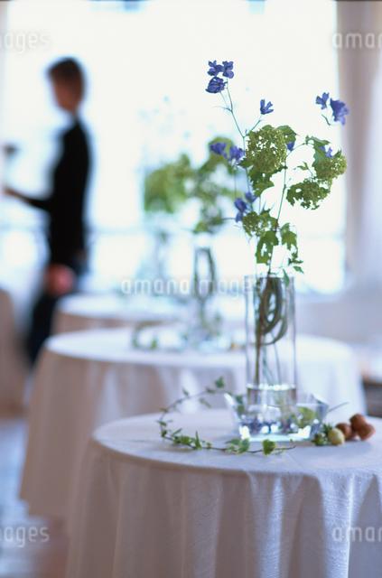 並んだ3つのテーブルの写真素材 [FYI03230106]