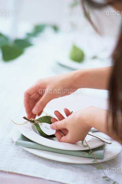 テーブルセッティングする女性の手元の写真素材 [FYI03230112]