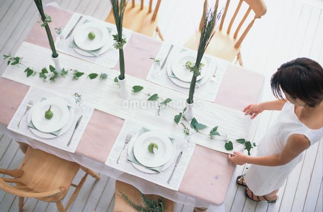テーブルセッティングをする女性の写真素材 [FYI03230113]