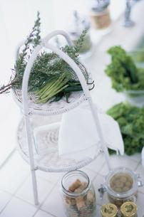 白い籐のトレーの上のハーブや野菜の写真素材 [FYI03230114]