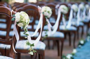 教会のイスに括り付けられた花の写真素材 [FYI03230116]