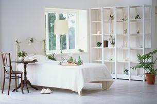 ベットルームの白いインテリアの写真素材 [FYI03230125]