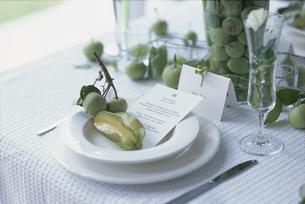 皿の上のフルーツの写真素材 [FYI03230148]