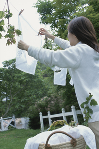 洗濯物を干す女性の写真素材 [FYI03230163]