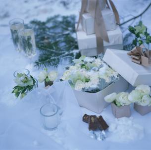 花の入ったギフトボックスの写真素材 [FYI03230166]