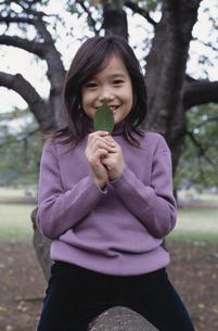 葉を持つ日本人女の子の写真素材 [FYI03230171]