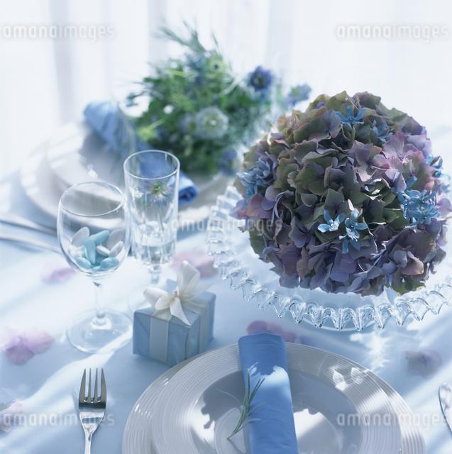 花のあるテーブルセッティングの写真素材 [FYI03230173]