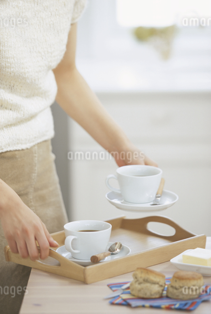 コーヒーを用意する女性の写真素材 [FYI03230176]
