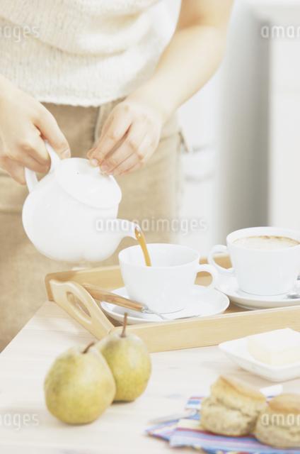 コーヒーを用意する女性の写真素材 [FYI03230186]