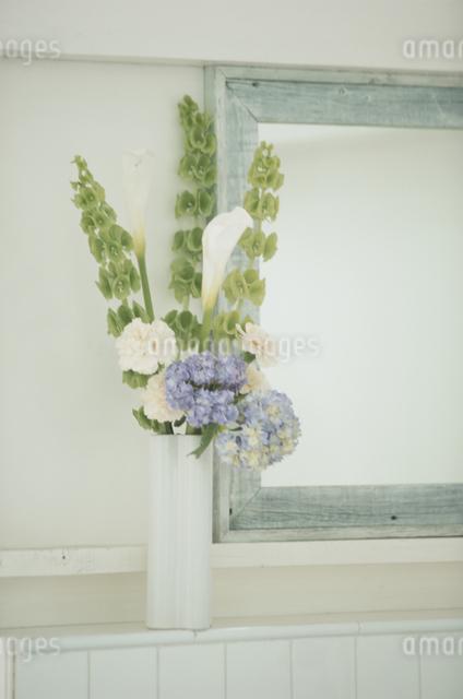 花瓶に入った花の写真素材 [FYI03230215]