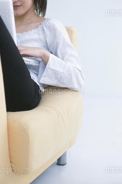 ソファーに座る女性の写真素材 [FYI03230222]