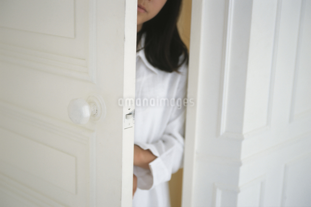 ドアをあける女性の写真素材 [FYI03230225]