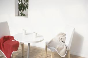 テーブルとイスとブランケットの写真素材 [FYI03230234]