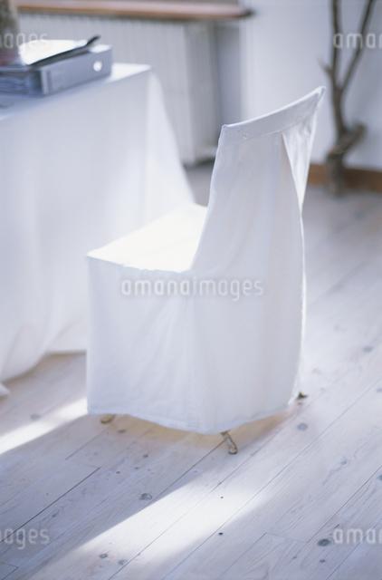 リビングの白いイスの写真素材 [FYI03230240]
