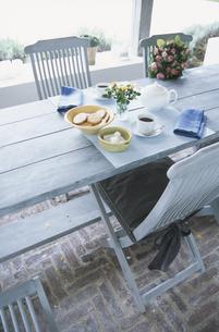 テラスのテーブルとイスお菓子とコーヒーの写真素材 [FYI03230243]