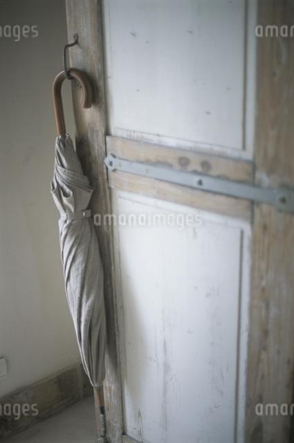 ドアにかけた傘の写真素材 [FYI03230245]