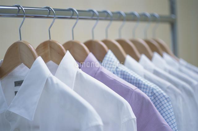 ハンガーにかかったシャツの写真素材 [FYI03230268]