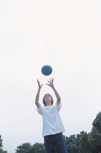 サッカーボールと日本人男性の写真素材 [FYI03230282]
