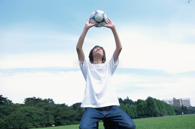 サッカーボールと日本人男性の写真素材 [FYI03230283]
