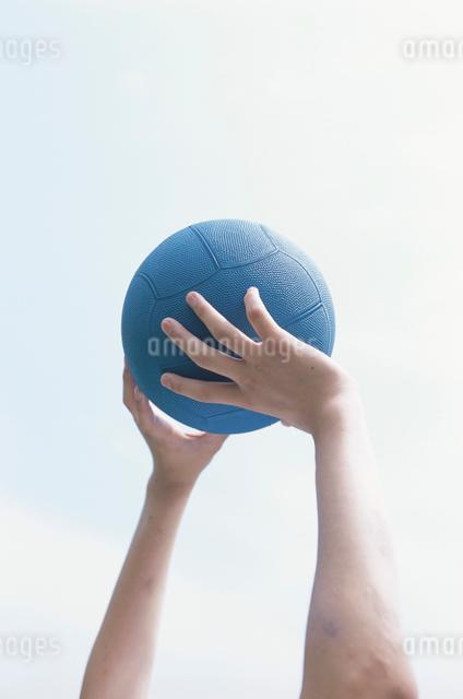 サッカーボールを持ち上げる手の写真素材 [FYI03230287]