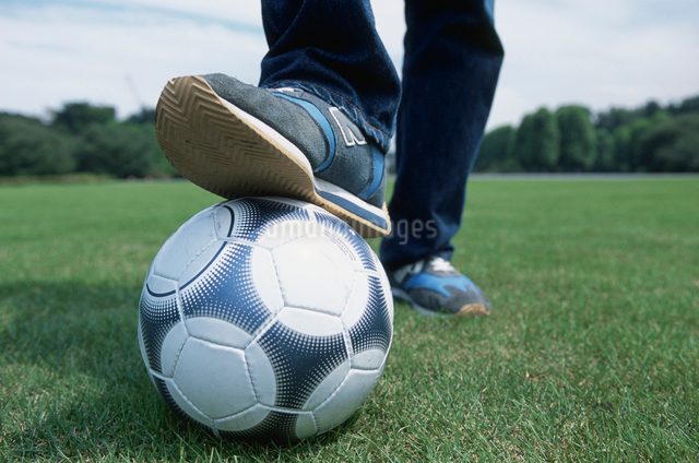 サッカーボールと足の写真素材 [FYI03230289]