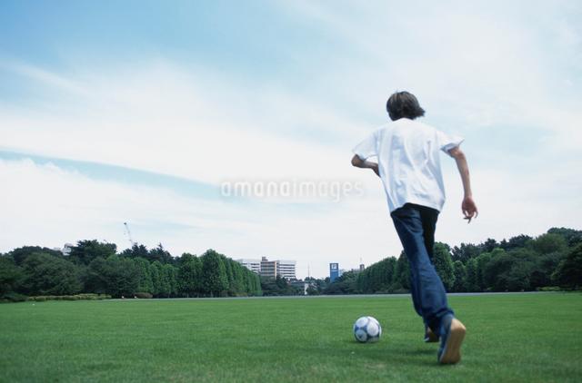 サッカーボールと日本人男性の写真素材 [FYI03230293]