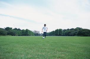 サッカーボールと日本人男性の写真素材 [FYI03230295]