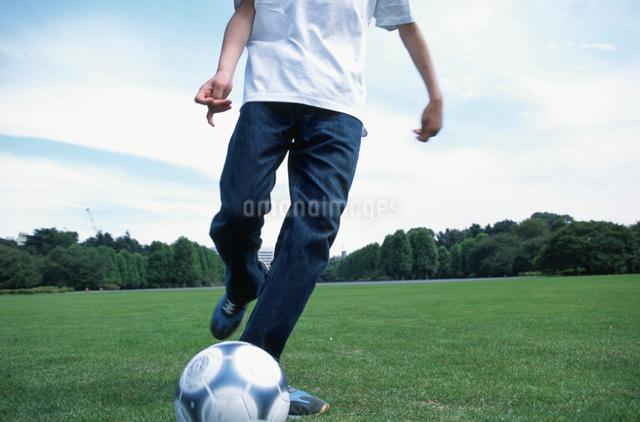 サッカーボールを蹴る日本人男性の写真素材 [FYI03230296]