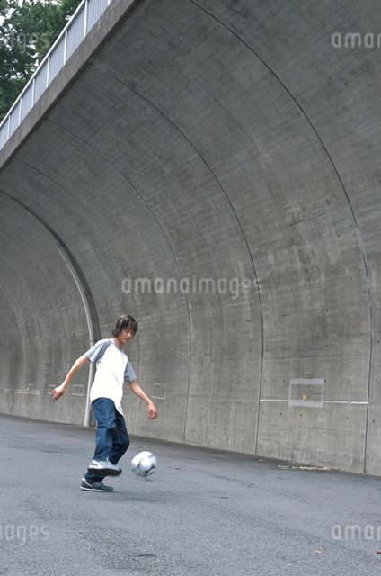 サッカーボールと日本人男性の写真素材 [FYI03230300]