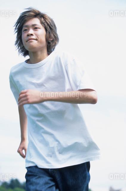 走る日本人男性の写真素材 [FYI03230302]